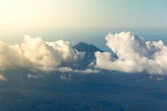 Nuages blancs avec le dessus de la montagne Photo stock