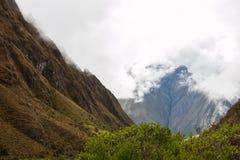Nuages blancs couvrant des crêtes de montagnes Photographie stock