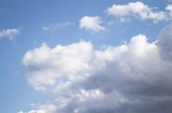 Nuages blancs d'air dans le ciel bleu image libre de droits