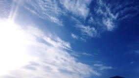 Nuages blancs d'isolement sur le ciel noir Ensemble de nuages d'isolement au-dessus de fond noir Éléments de conception Nuages d' banque de vidéos