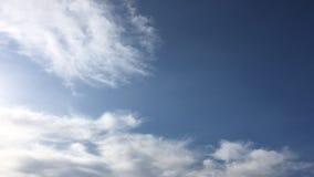 Nuages blancs d'isolement sur le ciel noir Ensemble de nuages d'isolement au-dessus de fond noir Éléments de conception Nuages d' clips vidéos