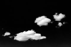 Nuages blancs d'isolement sur le ciel noir Ensemble de nuages d'isolement au-dessus de fond noir Éléments de conception Nuages d' Photos libres de droits