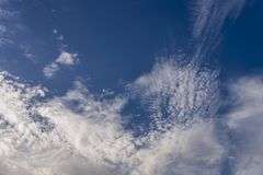 Nuages blancs dans le beau ciel bleu Images stock