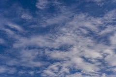 Nuages blancs dans le beau ciel bleu Images libres de droits