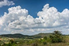Nuages blancs dans le bleu au-dessus de la hameau de Kallahalli Kaval dans Karnataka central, Inde images stock