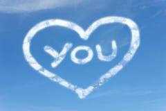 Nuages blancs dans le ciel avec AMOUR symbal VOUS Images stock