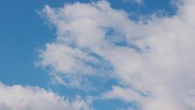 Nuages blancs dans le ciel bleu clips vidéos