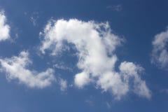 Nuages blancs dans le ciel bleu image libre de droits