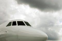 Nuages blancs de carlingue et de tempête d'avion à réaction Photos stock