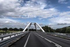 Nuages blancs de ciel bleu de pont Images libres de droits