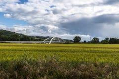 Nuages blancs de ciel bleu de pont Photos stock