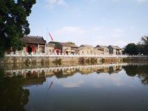Nuages blancs de ciel d'architecture, lac photo stock