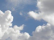Nuages blancs de cirrostratus et de cumulus sur le ciel bleu photographie stock