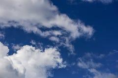 Nuages blancs en ciel bleu Photo libre de droits