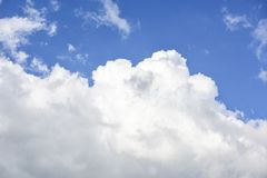 Nuages blancs en ciel bleu Photos stock