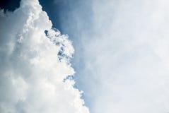 Nuages blancs en ciel bleu Images stock