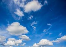 Nuages blancs en ciel bleu Image stock