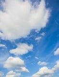 Nuages blancs en ciel bleu Image libre de droits