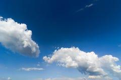 Nuages blancs en ciel bleu Photos libres de droits
