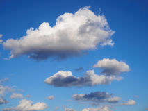 Nuages blancs en ciel bleu Photo stock