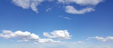 Nuages blancs en ciel bleu Photographie stock libre de droits