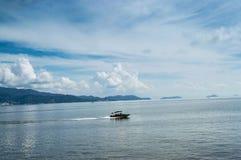 Nuages blancs et ciel bleu, belle mer Images stock