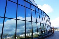 Nuages blancs et ciel bleu d'espace libre se reflétant dans la façade en verre de l'immeuble de bureaux moderne Photographie stock