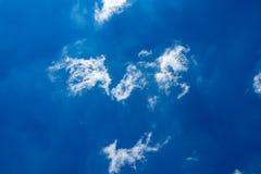 Nuages blancs et pelucheux en ciel bleu Photographie stock