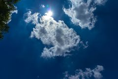Nuages blancs et pelucheux en ciel bleu Image stock