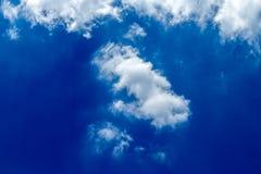 Nuages blancs et pelucheux en ciel bleu Images stock