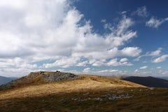 Nuages blancs fantastiques au-dessus de la montagne images stock