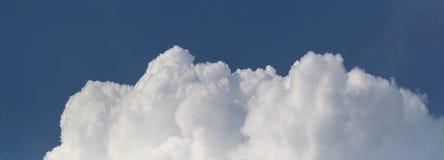 Nuages blancs le ciel bleu-foncé et un beau jour d'été Photographie stock libre de droits