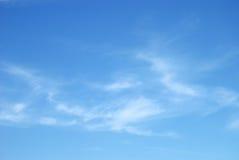 Nuages blancs mous contre le ciel bleu photographie stock libre de droits