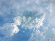 Nuages blancs mous contre le ciel bleu Photo libre de droits