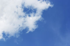 Nuages blancs mous contre le fond et l'espace vide FO de ciel bleu Images libres de droits