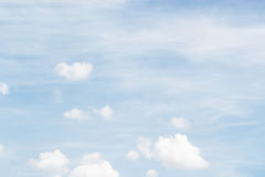 Nuages blancs mous contre le fond et l'espace vide FO de ciel bleu Images stock