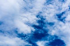 Nuages blancs mous fantastiques contre le ciel bleu image libre de droits