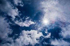Nuages blancs mous fantastiques contre le ciel bleu photographie stock libre de droits