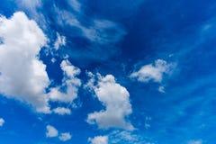 Nuages blancs mous fantastiques contre le ciel bleu photo stock