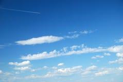 Nuages blancs mous fantastiques contre le ciel bleu Photos libres de droits