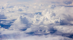 Nuages blancs pelucheux Photo stock