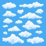 Nuages blancs pelucheux de bande dessinée dans l'ensemble de vecteur de ciel bleu Ciel nuageux de jour illustration stock