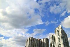 Nuages blancs pelucheux et ciel bleu vibrant au-dessus des hauts bâtiments à Bangkok photographie stock