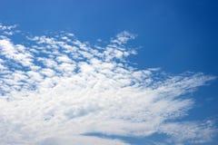 Nuages blancs pelucheux sur un ciel bleu Jour ensoleillé clair Fond Photographie stock