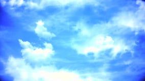 Nuages blancs pilotant le laps de temps de ciel bleu Les nuages de tempête foncés se déplacent rapidement à la visionneuse Ciel à banque de vidéos