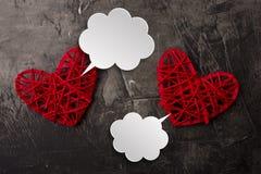 Nuages blancs pour des bandes dessinées de jour du ` s de Valentine Communication entre deux coeurs Endroit pour votre texte Copi Images libres de droits