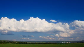 Nuages blancs se déplaçant rapidement au-dessus du ciel bleu. banque de vidéos