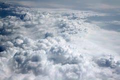 nuages blancs sur le ciel bleu Image stock