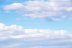 nuages blancs sur le ciel bleu Photo libre de droits