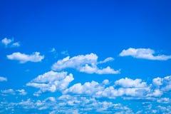 Nuages blancs sur le ciel bleu lumineux Images stock